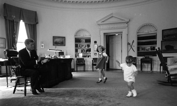 JFK sdeťmi vOválnej pracovni Bieleho domu. Zdroj fotografie: theatlantic.com