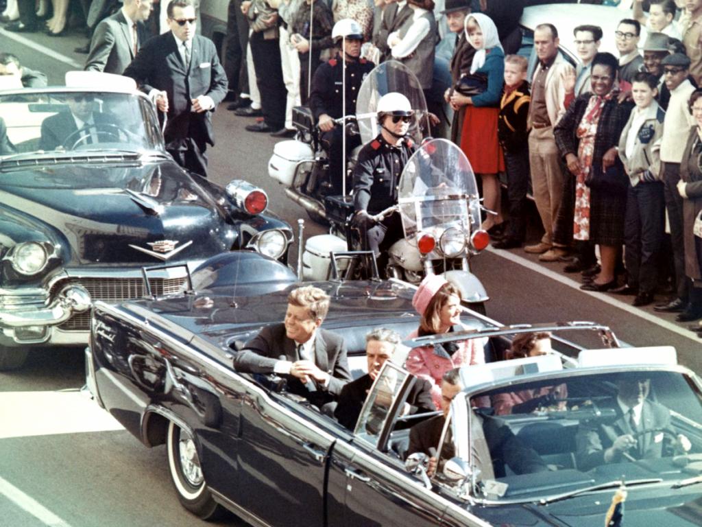 Dallas 22. novembra 1963. JFK votvorenej prezidentskej limuzíne sa opár minút stane obeťou atentátu. Zdroj fotografie: wikimedia.org