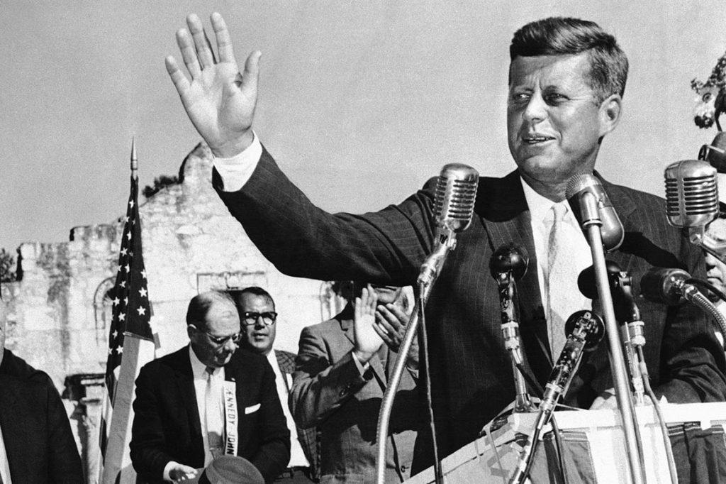JFK na predvolebnom mítingu. Zdroj fotografie: AP Photo