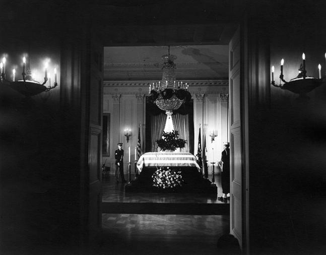 Rakva stelom zavraždeného JFK vbielom dome. Zdroj fotografie: wikimedia.org