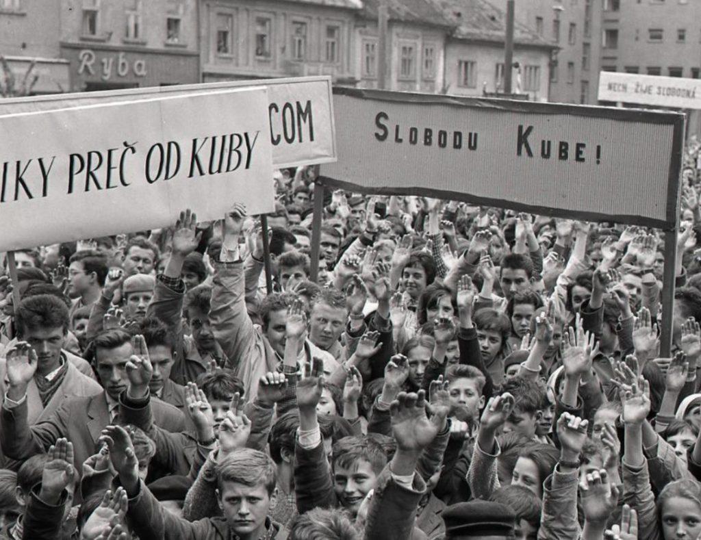 Trnava, 14. apríla 1961. Míting na podporu Kuby. Zdroj fotografie: TASR, K. Cích