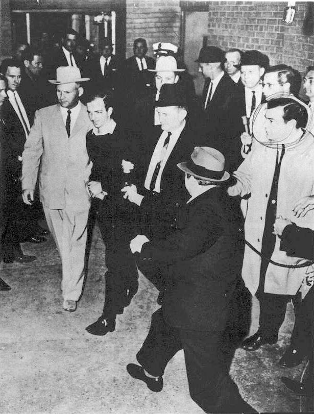 Zabitie údajného atentátnika L.H. Oswalda priamo vbudove policajnej stanice vDallase, skôr ako mohol vypovedať pred sudcom. Zdroj: wikimedia.org